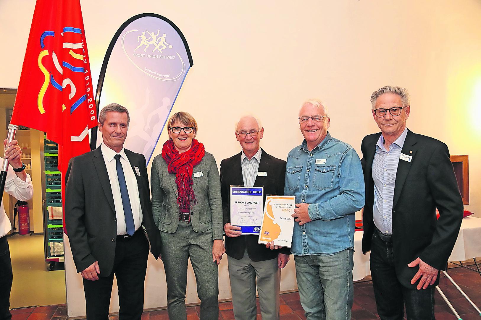 Karl Suter (von links), Rendel Weber (SUSZ), Alphons Lindauer, Edwin Kälin und Alois Schibig (Präsident TSV Steinen) freuten sich über die nationale Preisübergabe.Bild: PD